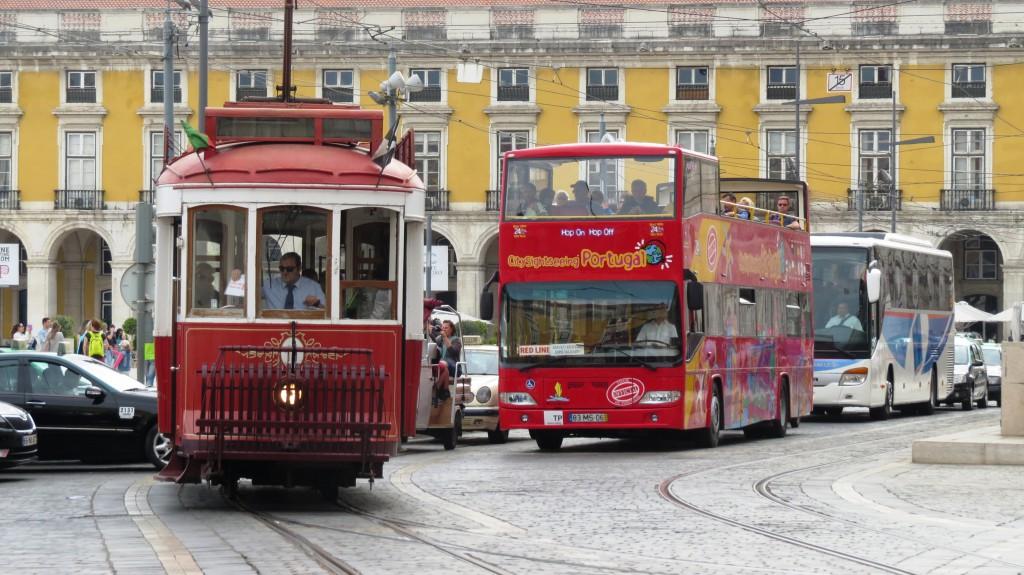 En lokalbuss skymtar väl där bland alla andra alternativ? Knutpunkt Praca de Commerçio