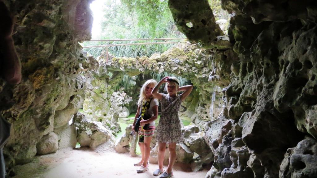 Bakom vattenfallet, på med pannlampan och in i de underjordiska gångarna!