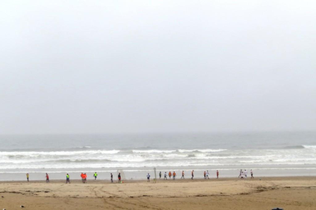 Ute vid Atlanten i Matosinhos spelade de fotboll och surfade trots regnet.