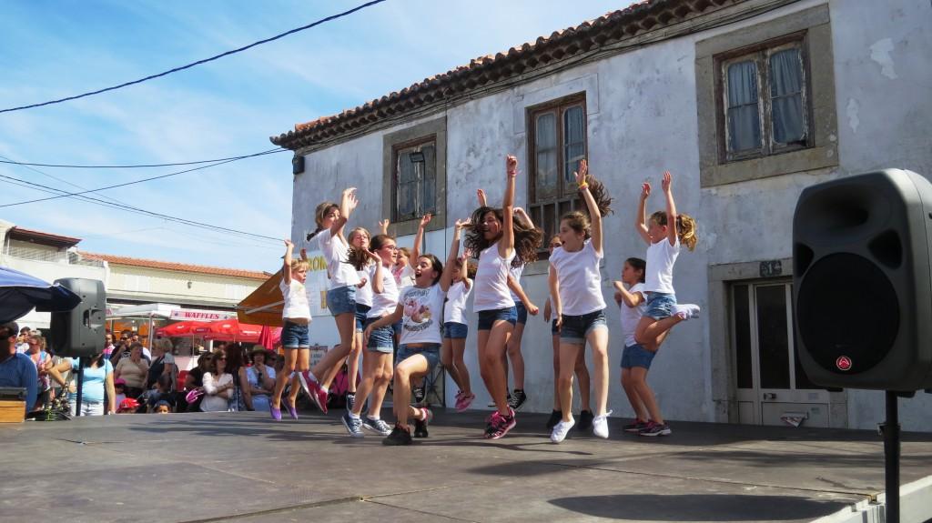 Fridas grupp på uppvisning i en grannby.