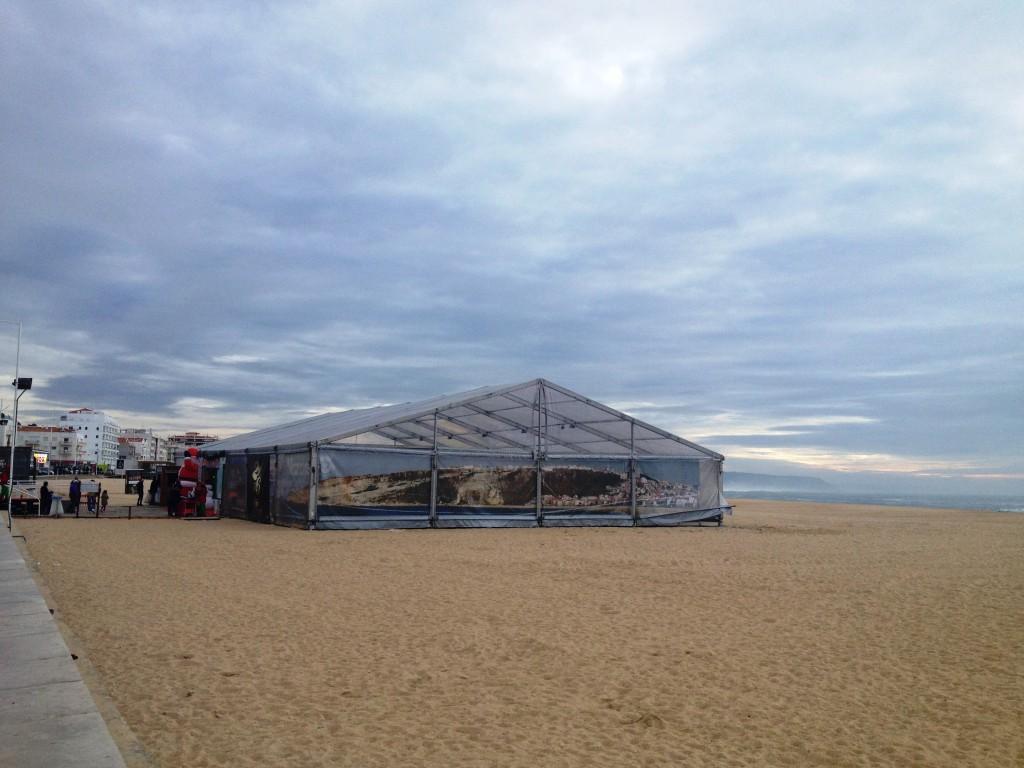Innan vi åkte hem fick barnen bygga sandskulpturer i jultältet på den lite lugnare stranden inne i staden.