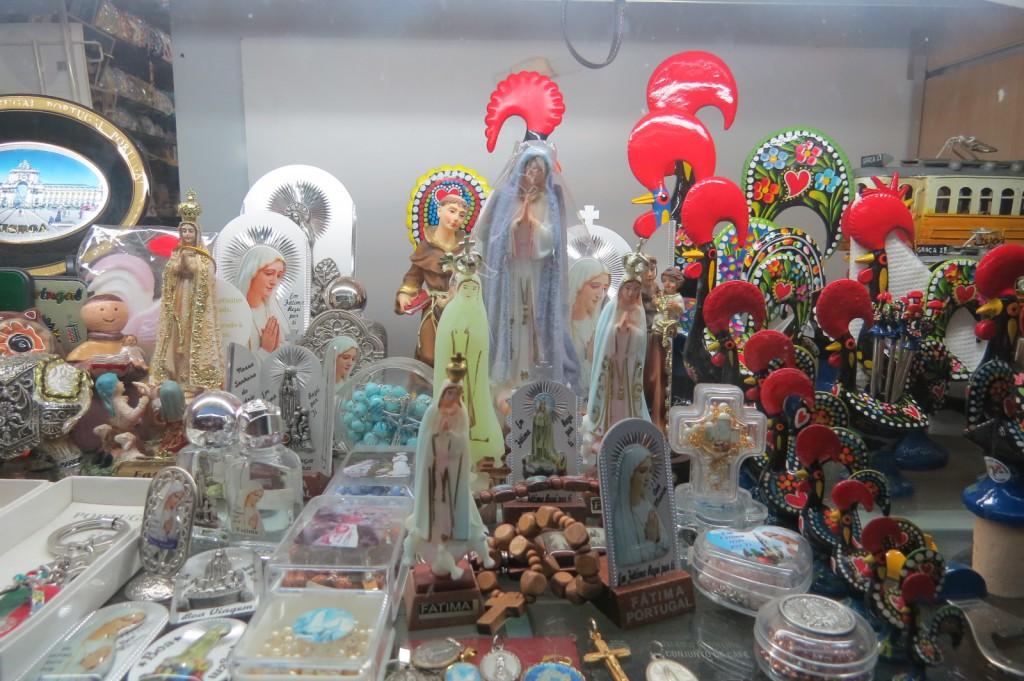 Den portugisiska dalahästen: Barcelos-Tuppen! Eller kanske något religiöst? Nej nu är vi verkligen inne på dammsamlare!