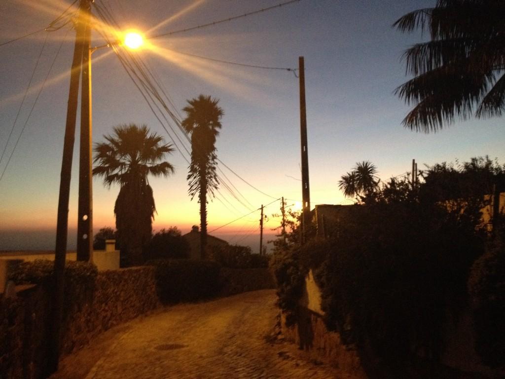 Solen går ned kvart över fem som tidigast. När vi hämtar barnen på skolan ungefär.