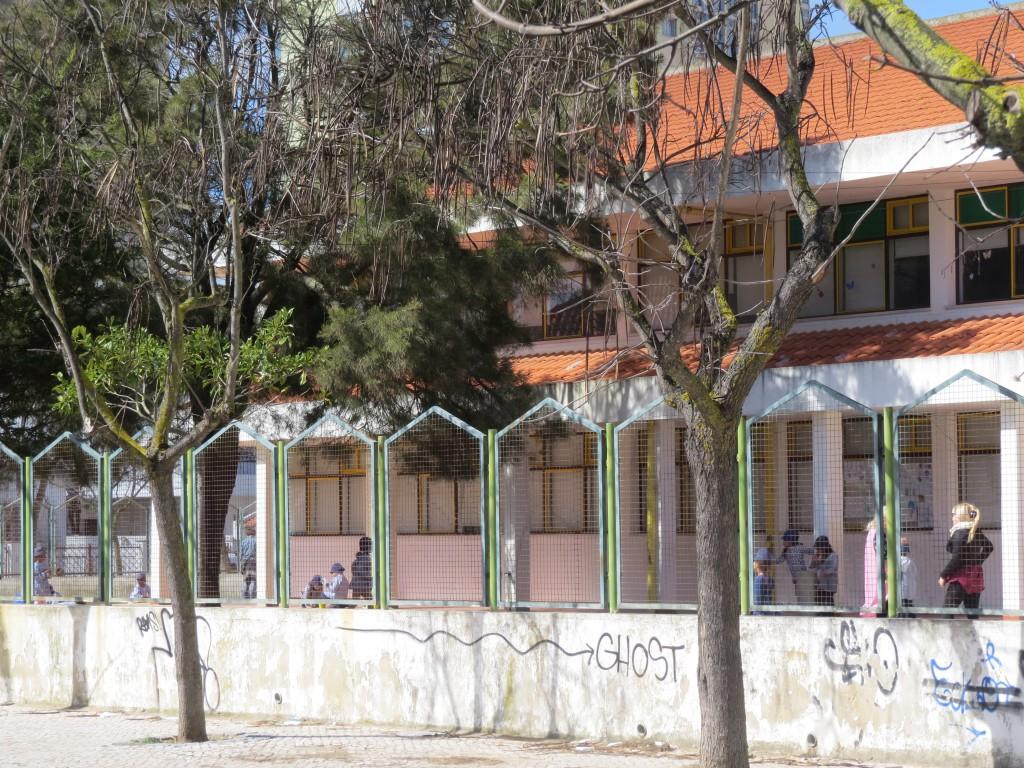 Skolbarn i Caparica på lunchrast.