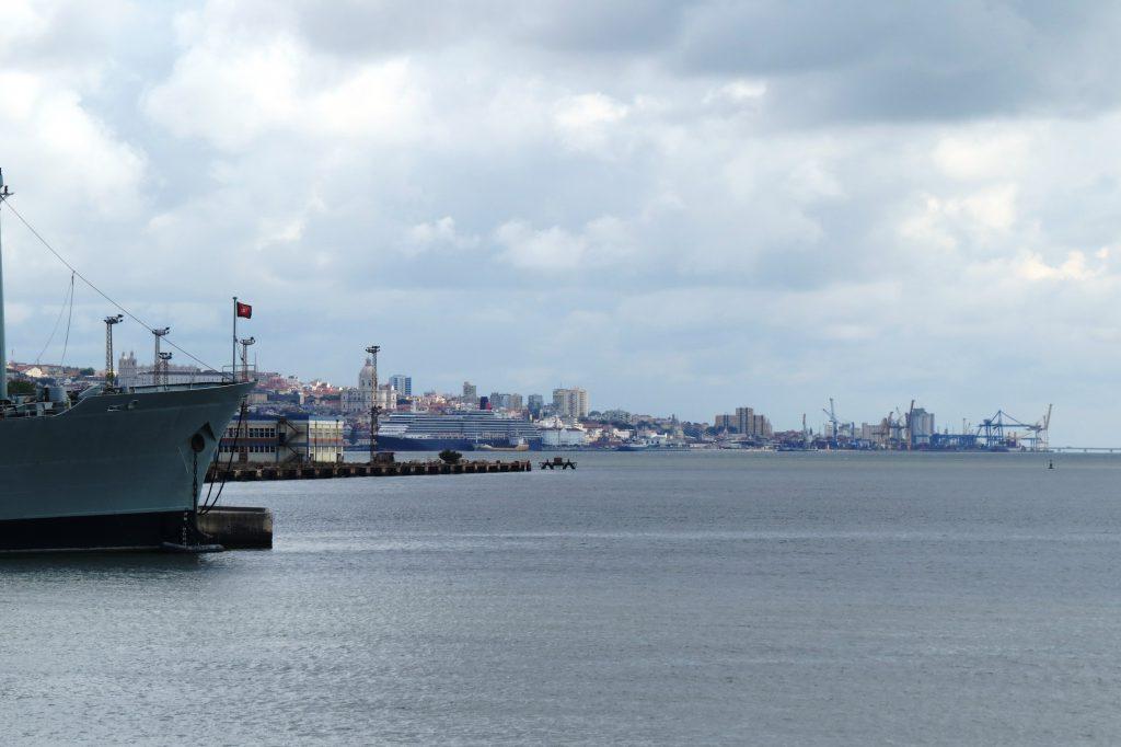 Med fin vy över Lissabon på andra sidan floden.