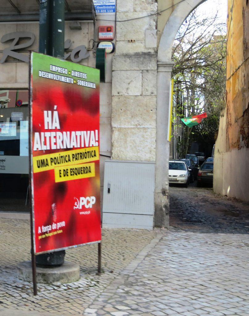 """Portugisisk politik - stort frågetecken. På skulten står det """"Det finns alternativ - patriotisk politik till vänster"""""""