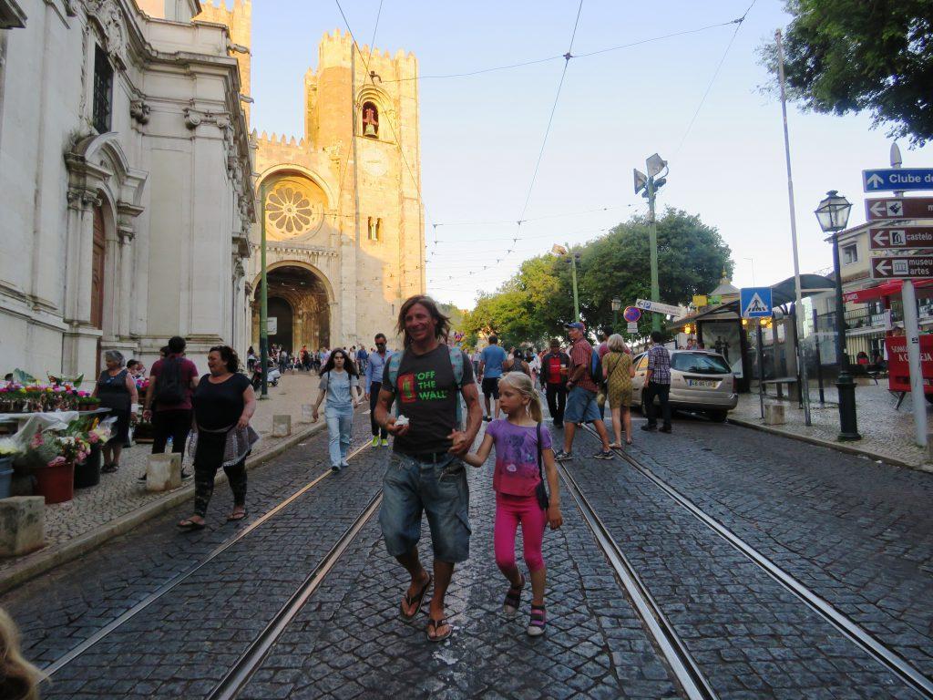 Vi lämnar Alfama för att gå och se paraden på Avenida da Liberdade.