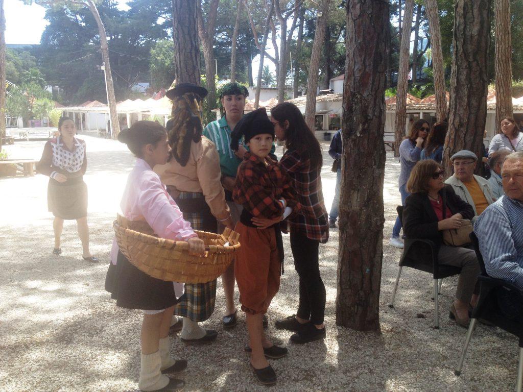 De kanske är ett litet folk, men de har en rätt stark känsla för sin kultur och historia. Så här går de dock inte klädda i vanliga fall. (Bild från folklorefestivalen i Estoril)