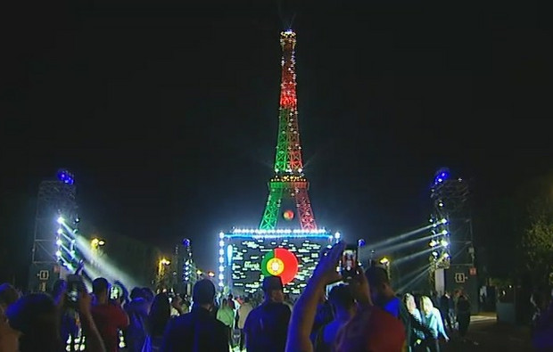Eiffeltornet i Portugals färger.