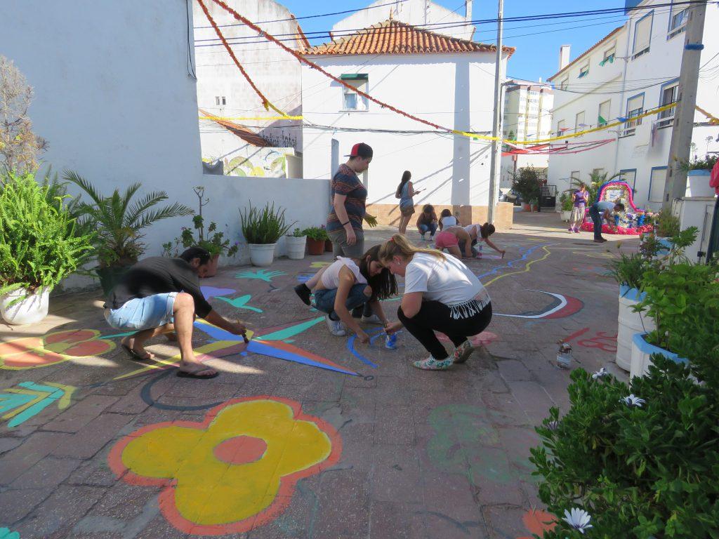 Lite bilder kanske? På tal om börja om från början så var vi och kollade när de målade om lyckliga gatan i Caparica inför firandet av São João. Det hann vi göra innan kortisonet slutade verka.