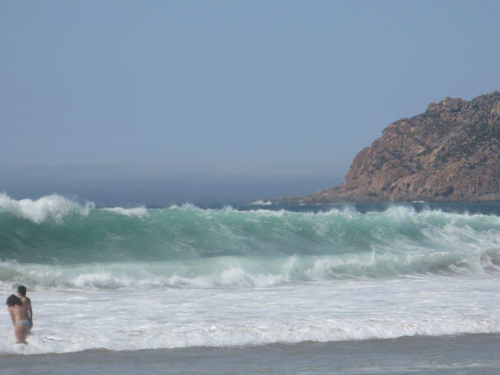 Lycka till! Om du hinner doppa dig innan badvakten hindrar dig kommer du antingen upp utan bikini eller med ett kilo sand i grenen och har du otur bryter du nacken eller dras ut till havs.