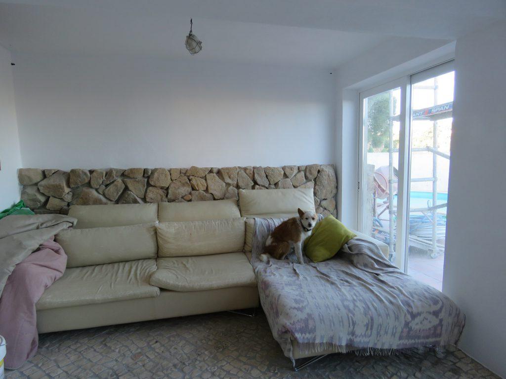 Soffan har blivit stående som den är, men restaen av möblerna har de tagit tag i!
