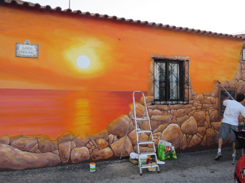 Och så kan man måla en på fasaden, som man gör här på ett café i Azoia.