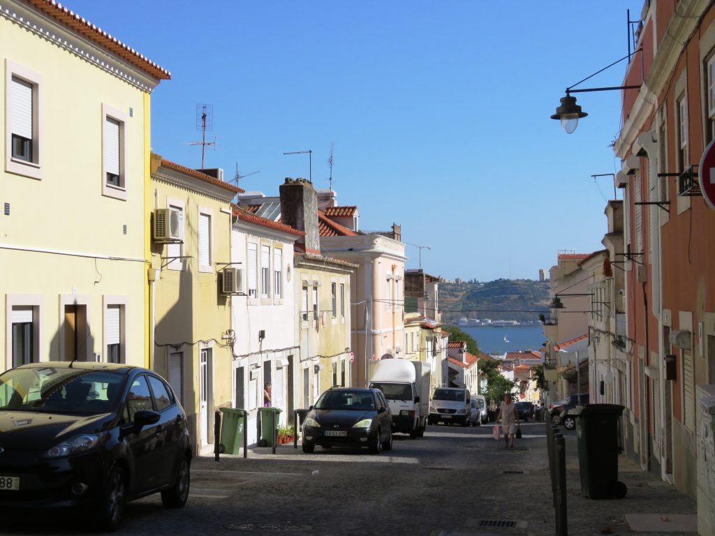 Fina färgglada gator som sluttar ned mot Belém och floden